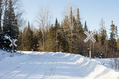 Landelijke spoorweg die in de winter kruisen Stock Afbeelding