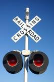 Landelijke spoorweg die teken met lampen kruist Stock Fotografie