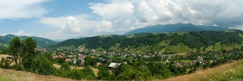 Landelijke stad in de heuvels van Roemenië Royalty-vrije Stock Foto's