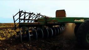Landelijke Tractor met Aanhangwagen die zich op Gebied bewegen stock videobeelden