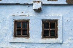 Landelijke vensters op traditioneel huis Stock Foto's