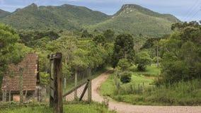 Landelijke weg aan de berg royalty-vrije stock afbeeldingen