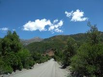 Landelijke weg in de bergketen van de Andes in Chili stock fotografie