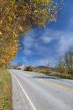 Landelijke weg in de herfst Stock Afbeeldingen