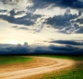 Landelijke weg en de blauwe hemel Royalty-vrije Stock Foto's