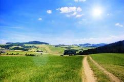 Landelijke Weg met Zon Stock Afbeeldingen