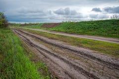Landelijke weg op regenachtige dag Stock Afbeelding
