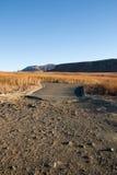 Landelijke Weg tonen die waar Asphalt Ends en het Grint beginnen Stock Afbeelding