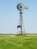 Landelijke Windmolen die met een Zonnepaneel wordt uitgerust Royalty-vrije Stock Foto's