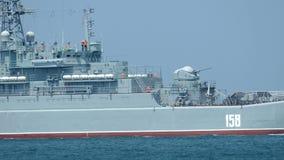 Landend schip dat naar een militaire basis is teruggekeerd stock video