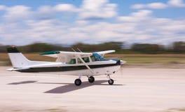 Landend vliegtuig met motieonduidelijk beeld Royalty-vrije Stock Foto