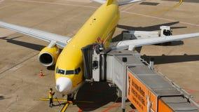 Landende koker in bijlage aan het vliegtuig stock videobeelden