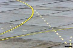 Landende lichte Richtingtekennoteringen op het tarmac van baan bij een commerciële luchthaven royalty-vrije stock fotografie