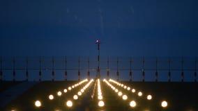 Landende vliegtuigen in de avond stock footage