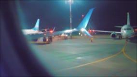Landende vliegtuigen op het vliegveld Het concept van de de vliegtuigenvlucht van het startvliegtuig het vliegtuig die bij nacht  stock videobeelden