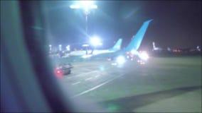 Landende vliegtuigen op het vliegveld Het concept van de de vliegtuigenvlucht van het startvliegtuig het vliegtuig die bij nacht  stock footage