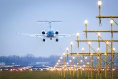 Landende vliegtuigen over baan Stock Fotografie