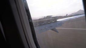 Landende Vliegtuigen Weergeven van het venster op de vleugel van een vliegtuig bij luchthaven stock videobeelden