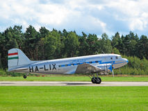 Landendes altes Verkehrsflugzeug stockbilder