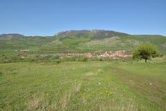 Landescape con il villaggio di Rimetea dalle montagne di Trascau Fotografie Stock