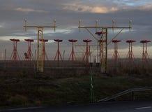 Landescheinwerfer auf einem Luftfeld im Sonnenaufgang Stockbild