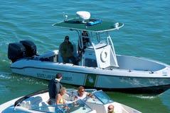 Landesgesetzdurchführung-Polizeiboot, das ein Boot stoppt Stockbild