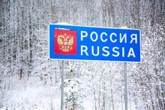 Landesgrenzezeichen der Russischen Föderation während des Winters - Weißrussland-Verkehrsschild an der Grenze mit Region Russland Lizenzfreie Stockfotos
