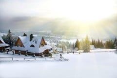 landet räknade vinter för snow för högt för husmorgonberg tak för väg liten Fotografering för Bildbyråer