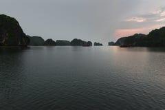 Landforms för Halong fjärdKarst i havet på solnedgången, underbar UNESCOvärldsarv, Vietnam royaltyfri foto