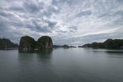 Landforms för Halong fjärdKarst i havet, underbar UNESCOvärldsarv, Vietnam arkivbilder