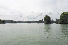 Landforms för Halong fjärdKarst i havet, UNESCOvärldsarv i Vietnam arkivfoto