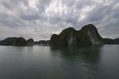 Landforms för Halong fjärdKarst i havet, UNESCOvärldsarv, Vietnam arkivbild