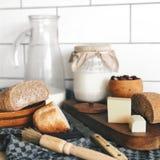 Landfrühstück - frisches Brot, Milch und Käse stockfotografie