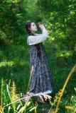 Landfrau auf einem Weg im Wald stockfotos