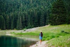 Landfrau entspannen sich im wilden Naturwald Stockbilder