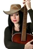 Landfrau mit Akustikgitarre lizenzfreies stockfoto