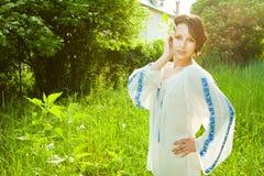 Landfrau mit Blume in ihrem Haar lizenzfreies stockfoto