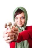 Landfrau mit essbaren Pilzen stockfoto