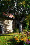 Landgarten und altes Haus Stockfoto