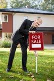 Landgoedagent die huis voor verkoop voorbereiden stock fotografie
