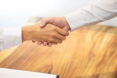 Landgoedagent het schudden handen met klant na contract signatur stock foto's