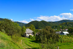 Landhäuschen im Tal Stockbild