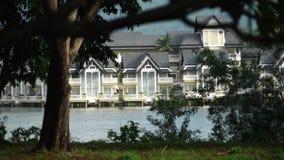 Landhäuser auf dem See in Thailand stock video