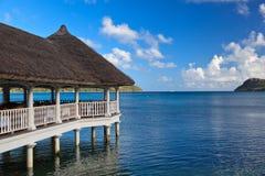 Landhäuser auf dem tropischen Strand stockfotografie