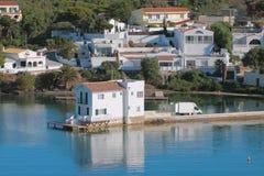 Landhäuser auf Küste des Seegolfs Mahon, Minorca, Spanien Lizenzfreie Stockfotografie
