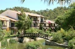 Landhäuser und Brücke im Hotel. Lizenzfreie Stockfotos
