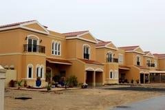 Landhäuser von der Straßenansicht Stockfoto