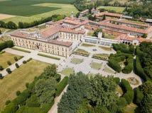 Landhaus Arconati, Castellazzo, Bollate, Mailand, Italien Schattenbild des kauernden Geschäftsmannes Landhaus Arconati, Castellaz lizenzfreie stockbilder