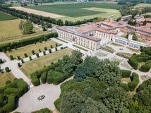 Landhaus Arconati, Castellazzo, Bollate, Mailand, Italien Schattenbild des kauernden Geschäftsmannes Landhaus Arconati, Castellaz lizenzfreie stockfotografie