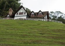Landhaus auf dem Hügel Stockbild